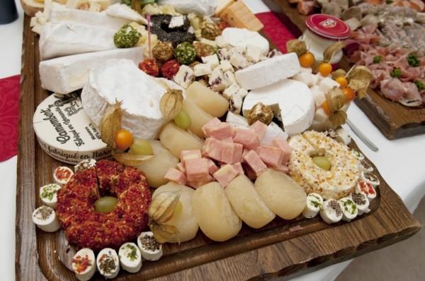 Käsebrett mit Weintrauben und Salzgebäck