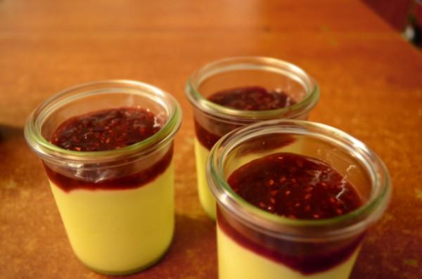 Vanille Crème mit Erdbeersauce