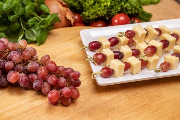 Käsespieß mit Früchten